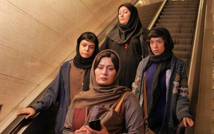 زن سرخ پوش میدان فردوسی روی پرده سینما